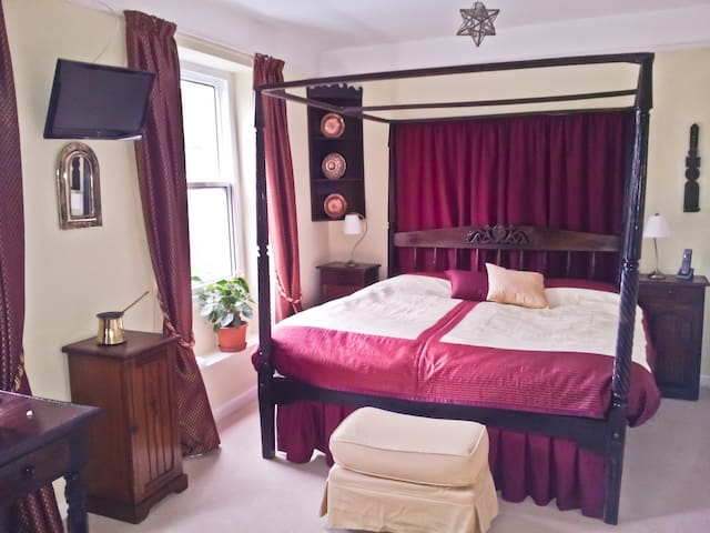 1 Beautiful double room, central, with parking.