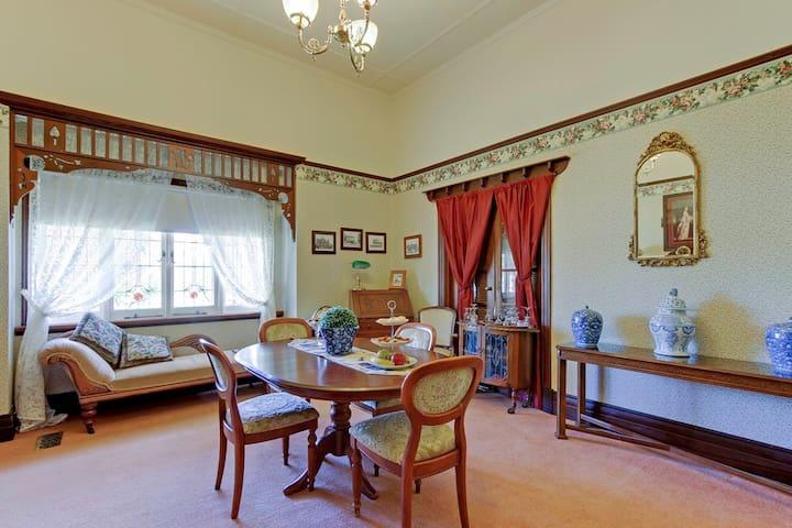 Dalfruin Heritage dining room
