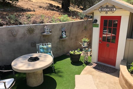 Temecula Oak Tree Cottage...The Courtyard