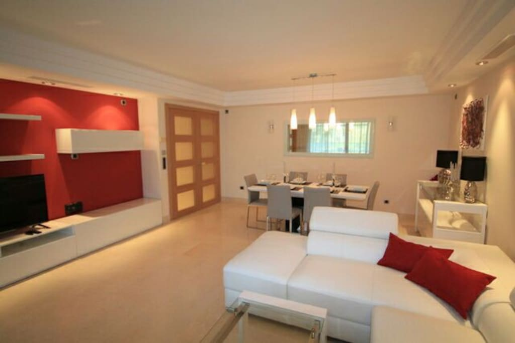 Spacious contemporary Lounge and dining with smart TV. Dining table expandable to seat 8ppl