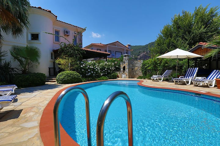 Villa Mimoza - sleeps 6, private pool and garden