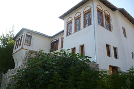 Historic house in the Old Town of Gjirokastra - Gjirokaster - หอพัก