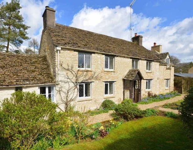 Classic Cotswold Cottage. 1/2 acre. Very peaceful