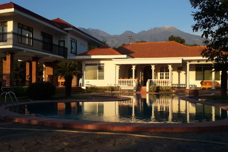 Villa cantik di prigen pasuruan dengan latar pemandangan gunung Arjuna dan Welirang. Terdapat bangunan baru dengan total fasilitas 7 kamar dan 6 kamar mandi. Tempat yang nyaman untuk menikmati akhir pekan bersama keluarga.