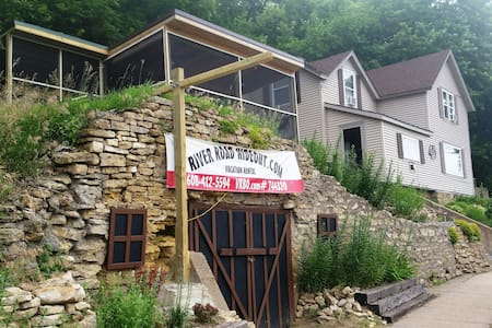 RIVER ROAD HIDEOUT-ON GREAT RIVER ROAD! - Ferryville - Hus