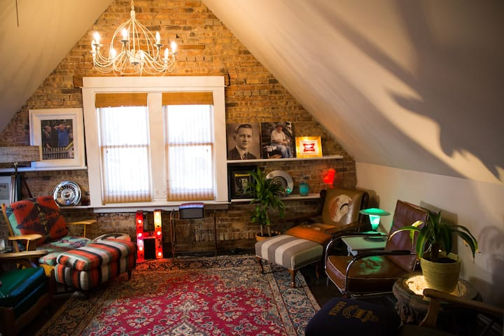 Artsy Bucktown Bedroom & Lounge(Sleeps 3-5)!