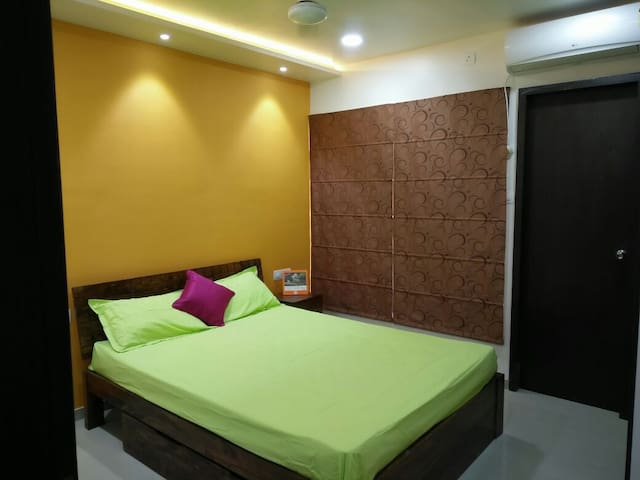 AC & Wifi room with great decor - Pune - Leilighet