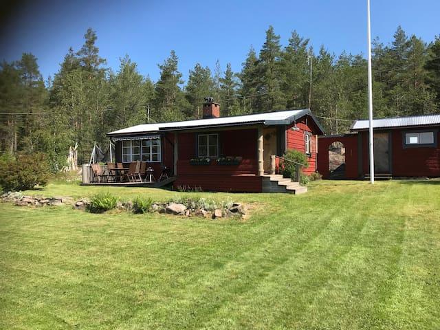 Naturnära stuga vid Vänern med tillgång till båt