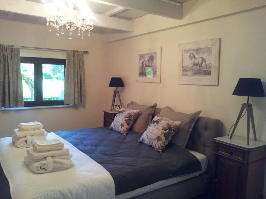 De slaapkamer met zacht kingsize bed