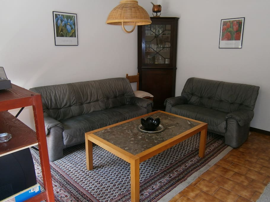 Wohnzimmer mit Kabel-TV (keine dt. Programme)