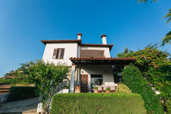 Efi's 2 floor villa with character, big garden,bbq