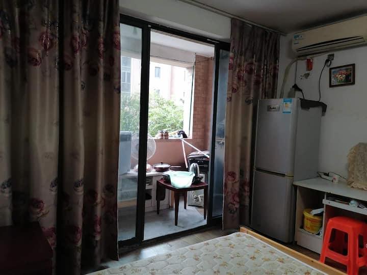 浦东6号线2楼主卧 安静街区 交通方便 近迪士尼东方体育中心梅赛德斯