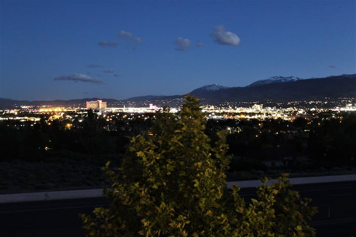 View+new house&furniture+9mins to airport&downtown