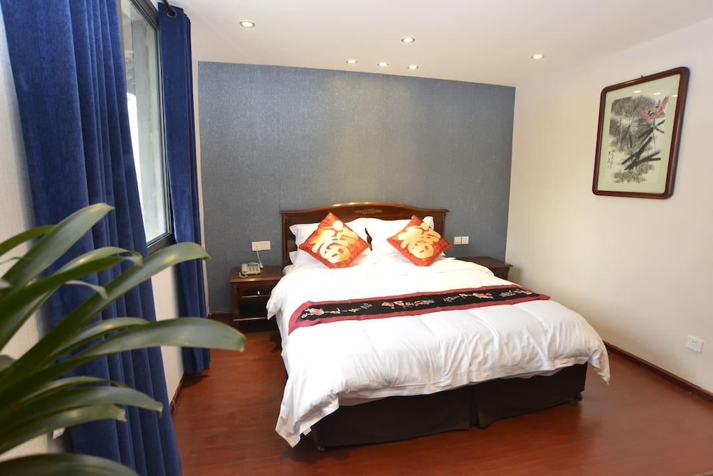 里间大床房,配有空调、电视、换衣间