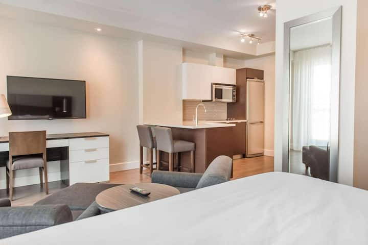 Enormous Suite Double Bed Non Smoking At Gatineau