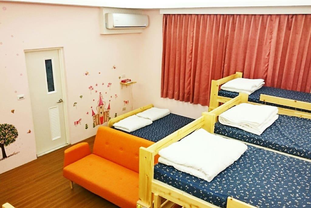 草莓12人房 女宿 單人床上下鋪及雙人床