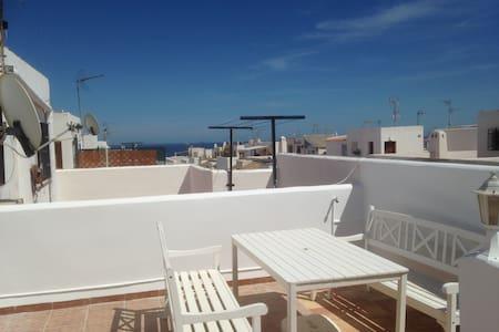 Beach 300m, house sleeps 6 WIFI  SKY TV