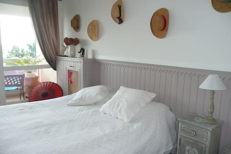 big bedroom with king size bed  - Élancourt