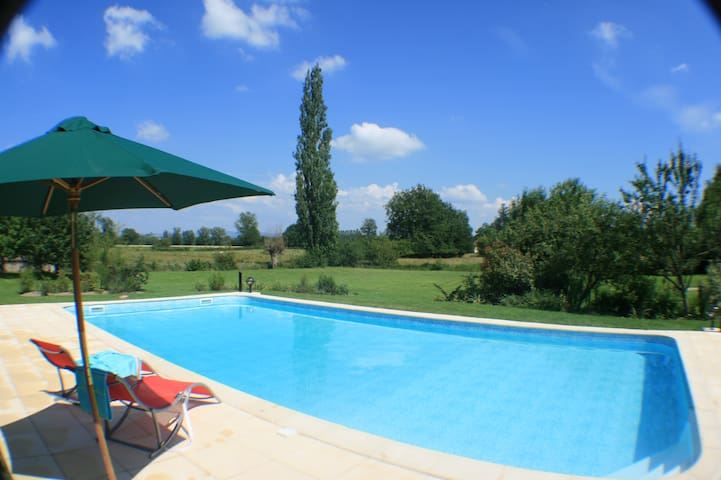 Spacious cottage sleeps 8 + pool - Briennon - Dům