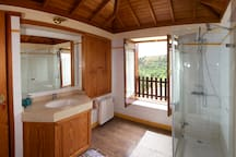 The bathroom/El baño