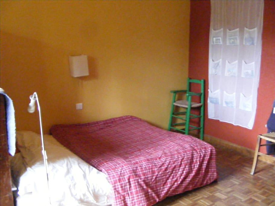 Une chambre lumineuse avec un lit 2 places très confortable.
