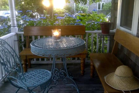 Steps to Beach, Town and Aquarium! - Woods Hole - House