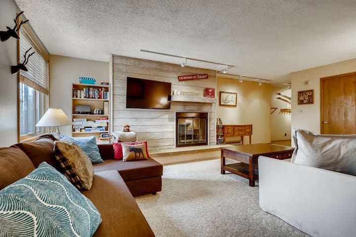 Prime Location Incredible Amenities with Hot Tub and Parking