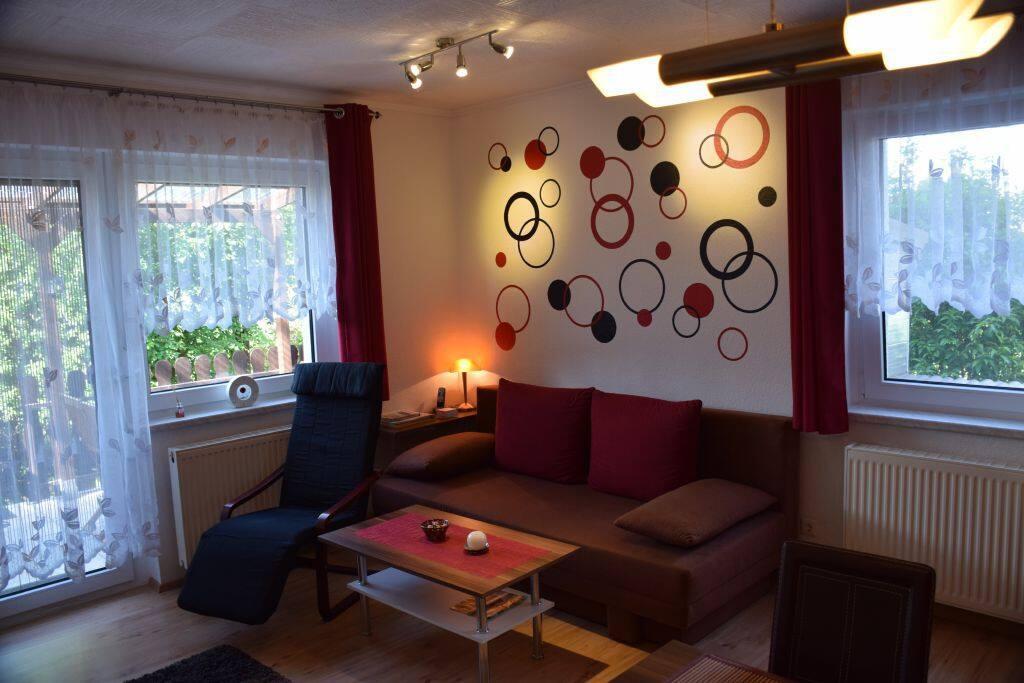 Wohnzimmer mit Esstischgruppe, Doppelbettcouch, HD-Fernseher, Festnetztelefon(Flat), WiFi, Terrassentür