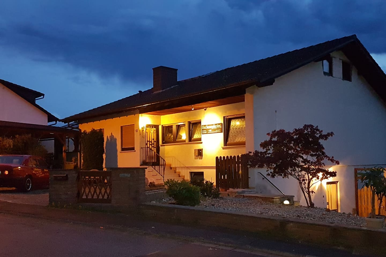 Das schnuckelige kleine Anwesen bei Nacht am idyllischen Hollerbusch in Michelstadt. Der Weg zur Wohnung gleicht einem Lichtermeer.