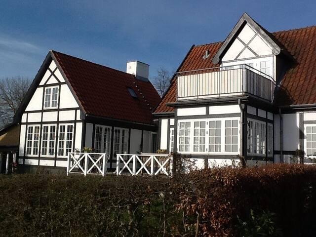 Charmerende villa med havudsigt og strandgrund