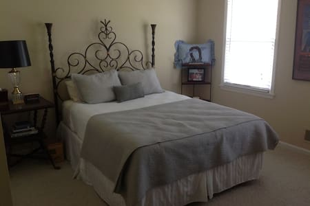 Comfortable bedroom in the east end - Louisville