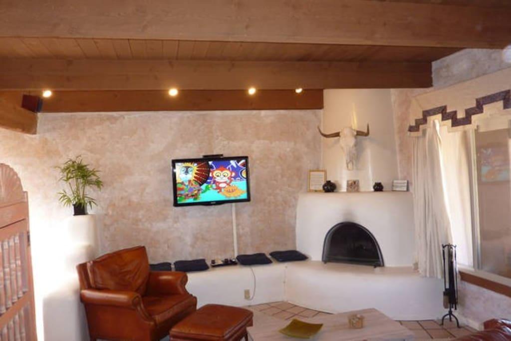Living Room with flat screen cable TV