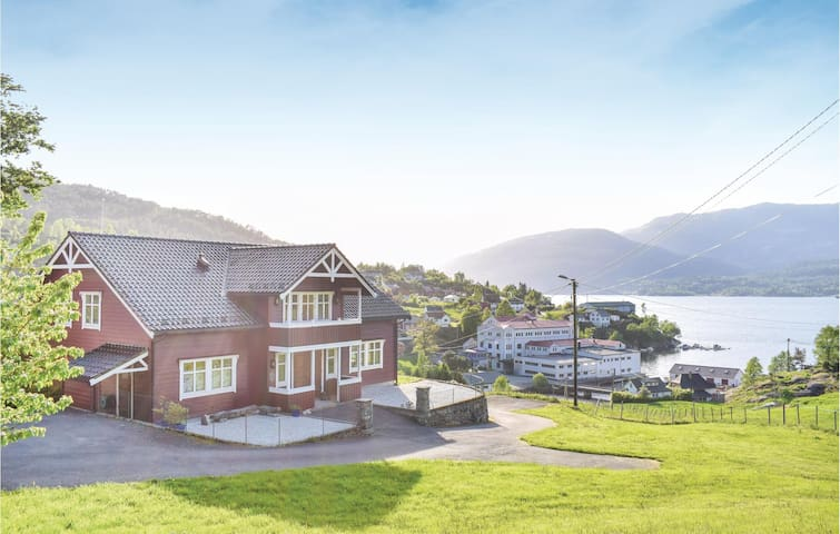 Holiday cottage with 4 bedrooms on 320m² in Tyssebotnen