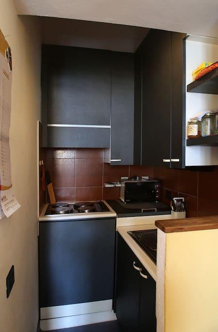 angolo cottura, con lavastoglie, lavatrice, frigo e fornello