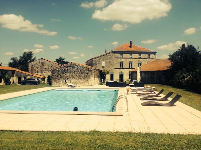 Grande maison Charentaise tradition ( XIXieme) - Brie-Sous-Mortagne - Rumah