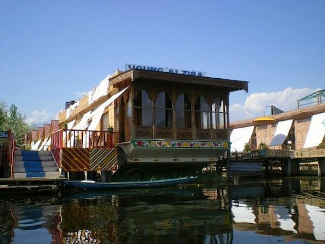 Welcome to Young Alzira Houseboat