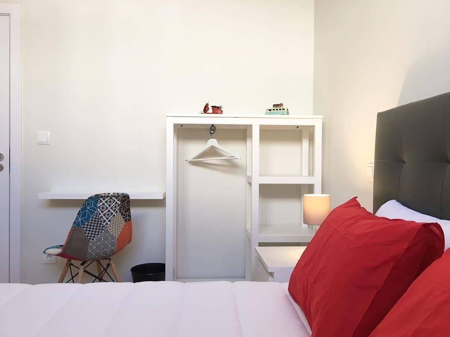 Quarto confortável com cama de casal. Comfortable double bedroom. | Acogedor dormitorio doble. | Chambre double. Très confortable.