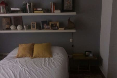 Spacious room in the center Sevilla - Séville - Bed & Breakfast