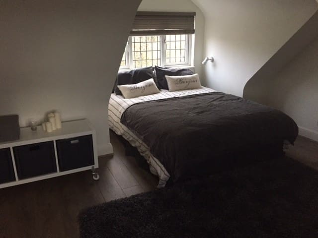 En-suite double loft room in London suburbia - Potters Bar - House