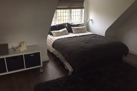 En-suite double loft room in London suburbia - Potters Bar - Casa