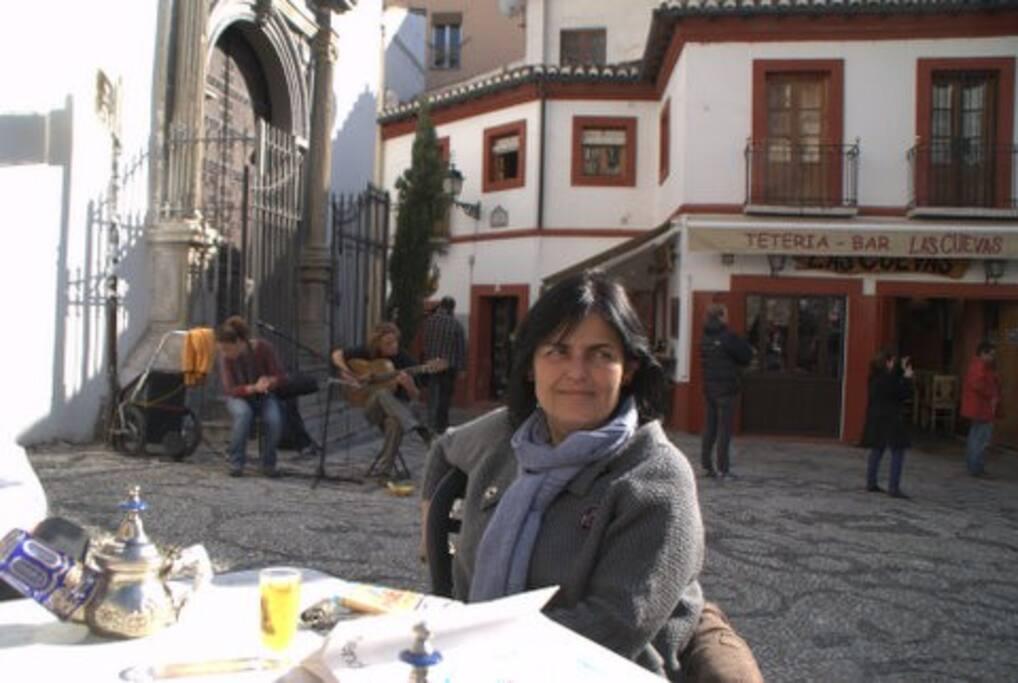 La anfitriona una tarde cualquiera en el barrio del Albaycín (al fondo un inolvidable concierto ocasional)