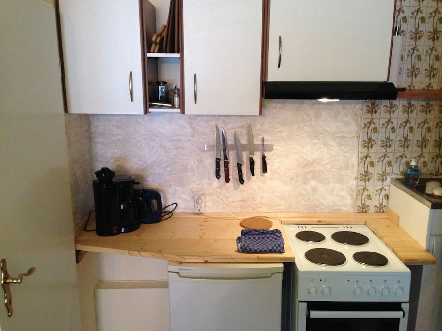 Kleine Kochecke mit Herd und Spüle  - Small kitchen area w/ stove and sink