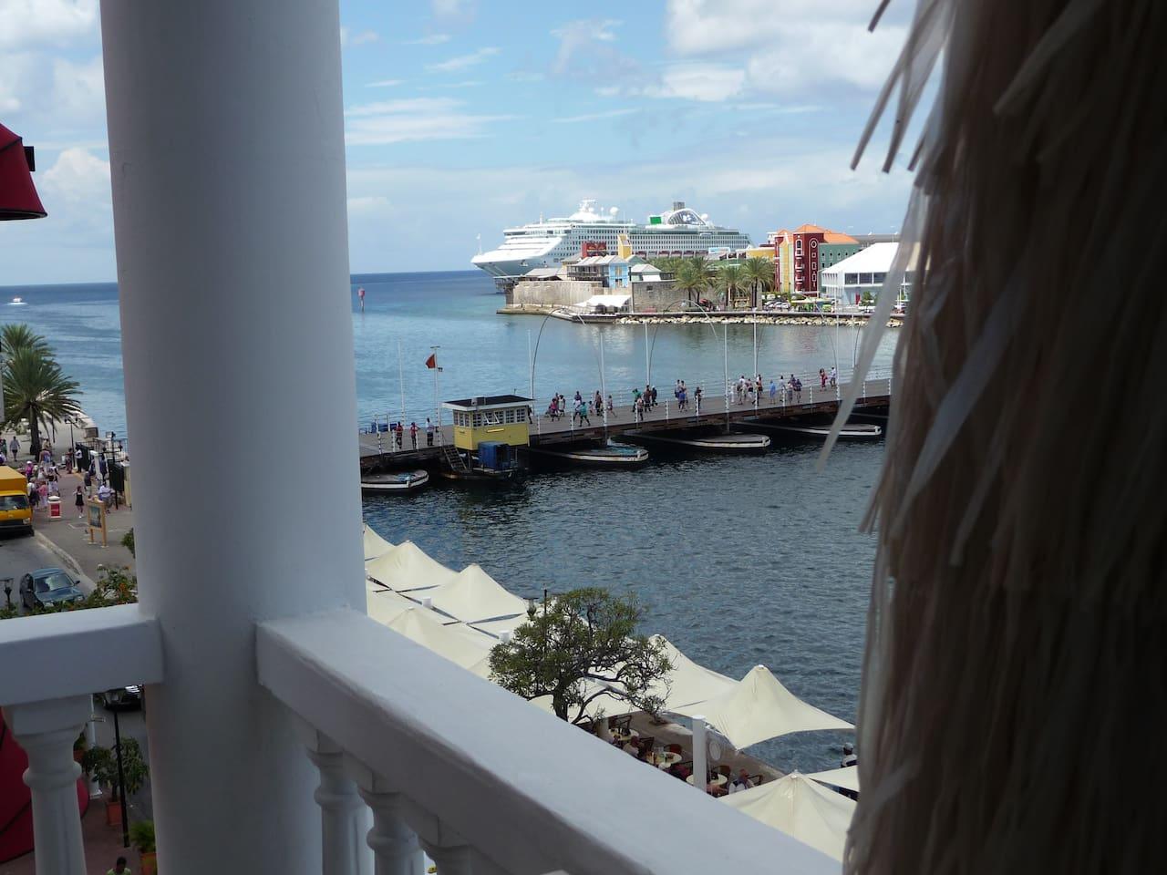 uitzicht op pontjesbrug, megapier voor cruisschepen en zee