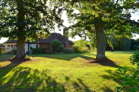 Quiet Family Retreat with Hot Tub, Near Forest - East Harling - Bungalow