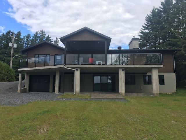 Sur le bord du Lac-Etchemin, magnifique maison!