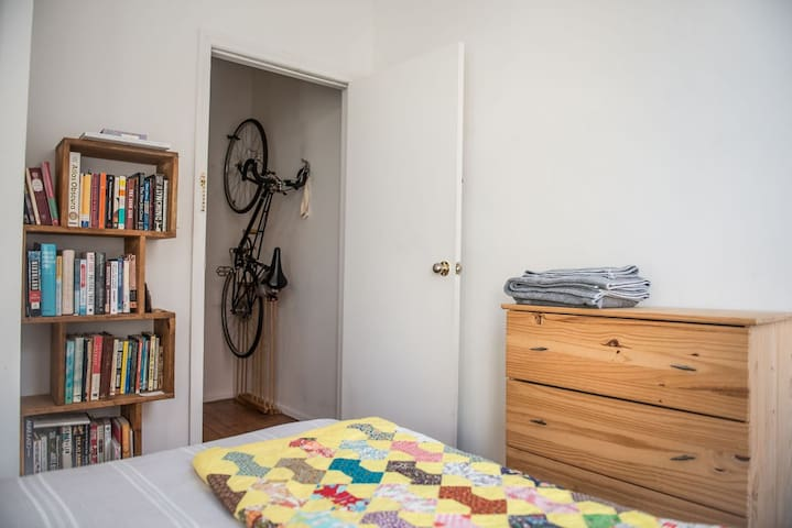 Sunny Guest Room in Charming Greenpoint