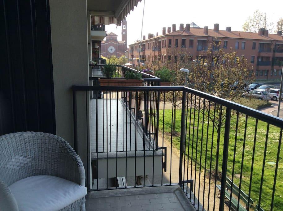 Il balcone si affaccia su una strada pedonale