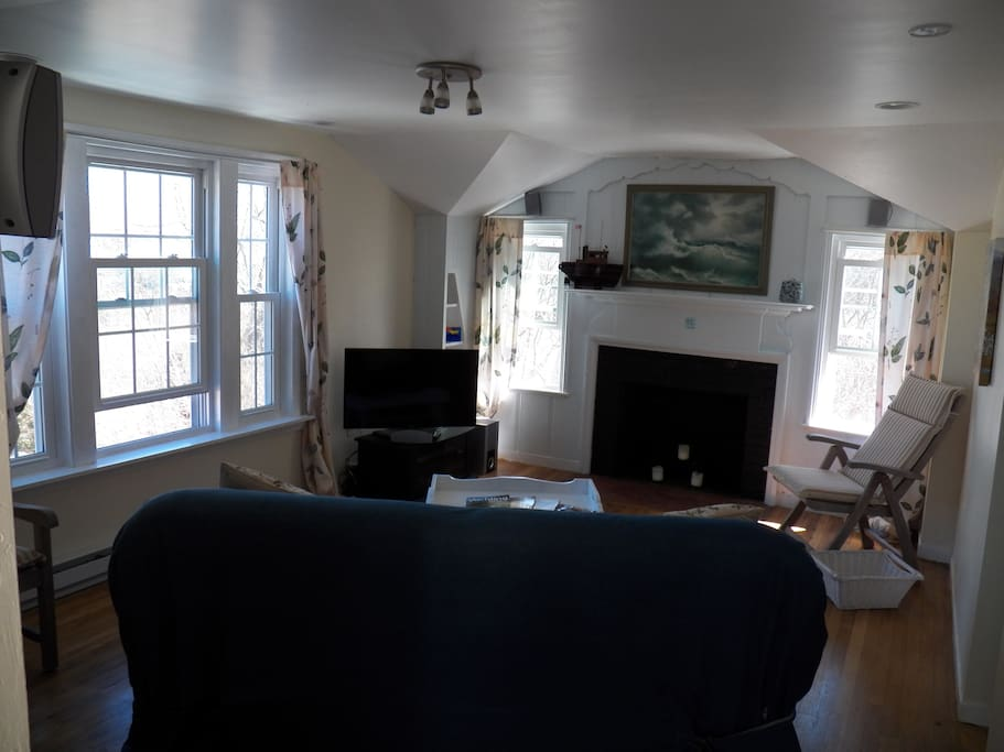Bright, cheerful retreat. LR with TV, home theater, pullout couch, (non-working FP).