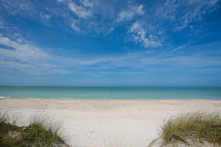 Beautiful Condo, walk to Lido beach