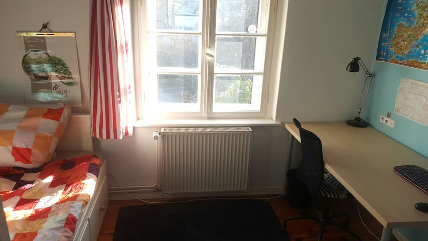 Quiet room in a house, close to FU and metro - Berlin - Haus